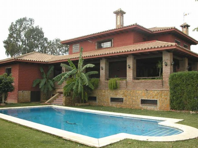 Villa,  Outskirts of Town,  Furnished,  Fitted Kitchen,  Parking: Garage,  Pool: Private,  Garden: P,Spain