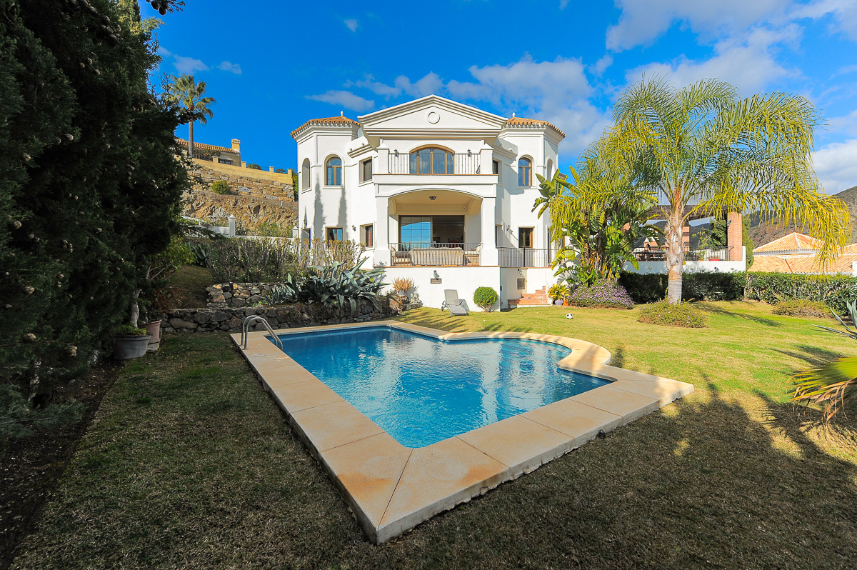 Occupying a prime location only a few minutes' drive from renowned Puerto Banus and chic eateri,Spain