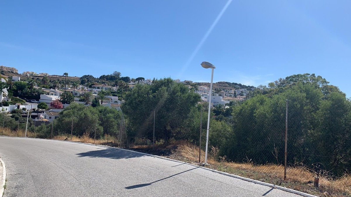 Sloping plot located centrally in Cerros del Aguila - Make an offer.  Only 94 € per m2  Possible to ,Spain