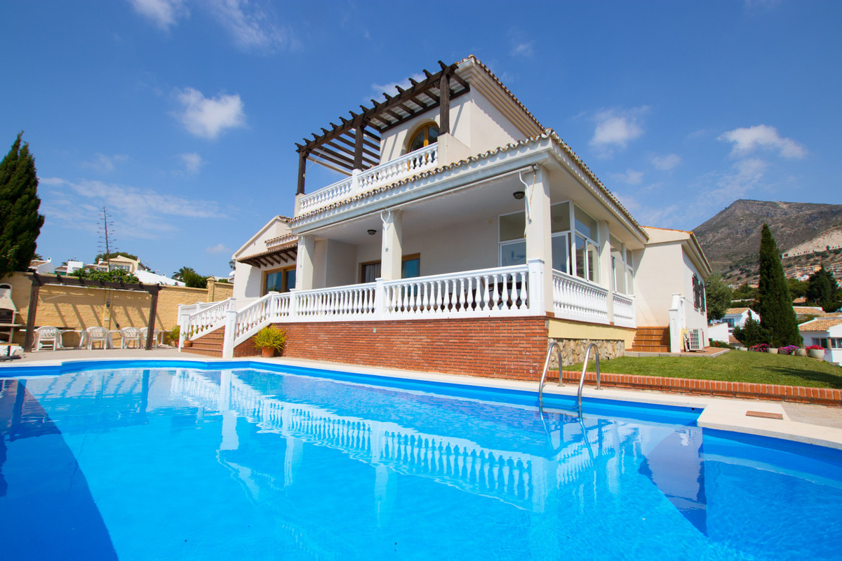 Wonderful Villa of 405m2 built on a 1.977m2 plot. Distributed over 2 floors and consists of 5 bedroo,Spain