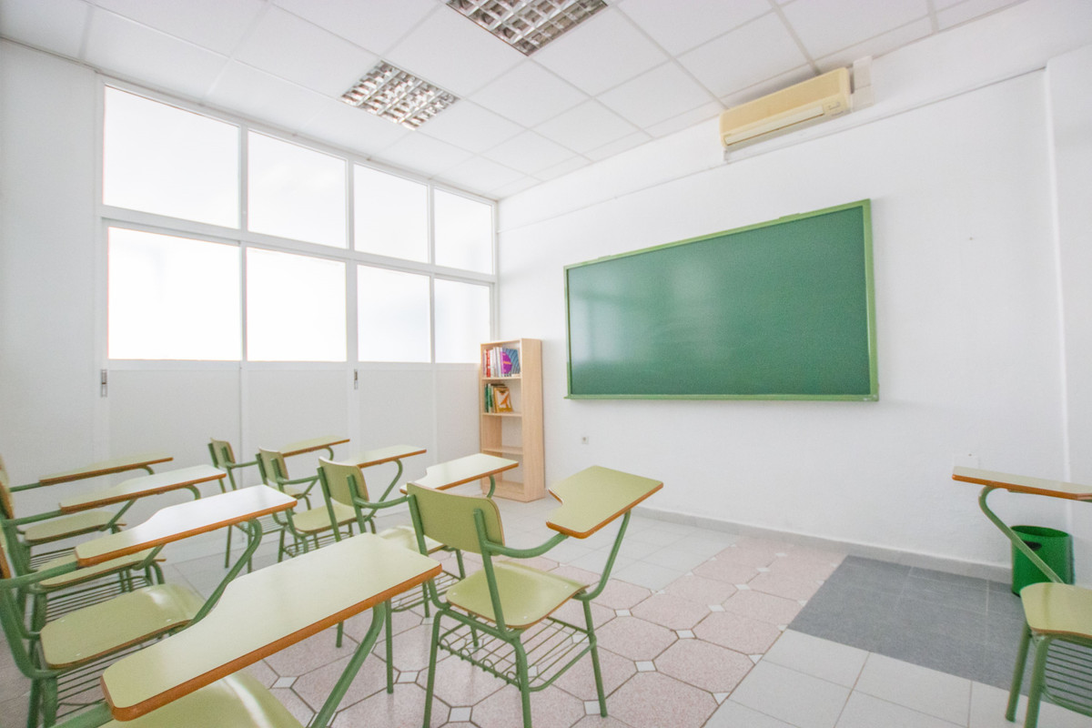 Reception, 5 classrooms, 2 bathrooms, a storage room, AC, large window display with toldo and light.,Spain