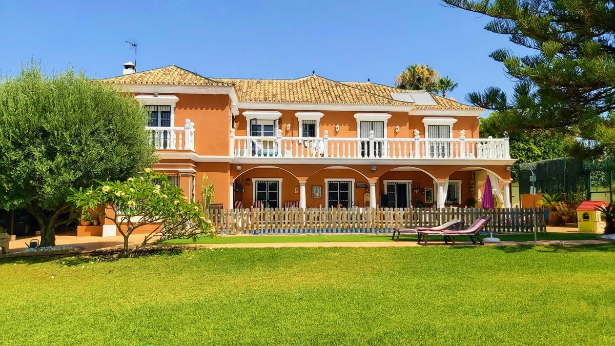 Classic style villa, very private, located in the prestigious area of ??Guadalmina Alta, near the Re,Spain