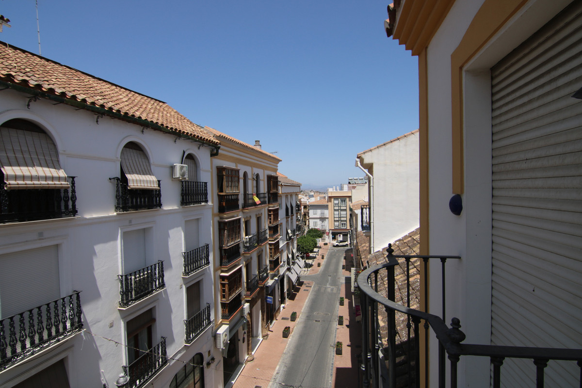 CENTRAL APARTMENT WITH GARAGE This spacious apartment is located 1 minute walk from Plaza la Alameda,Spain