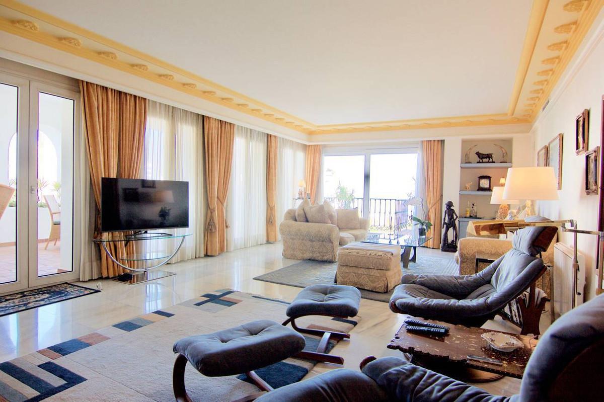 Apartamento con 4 Dormitorios en Venta La Carihuela