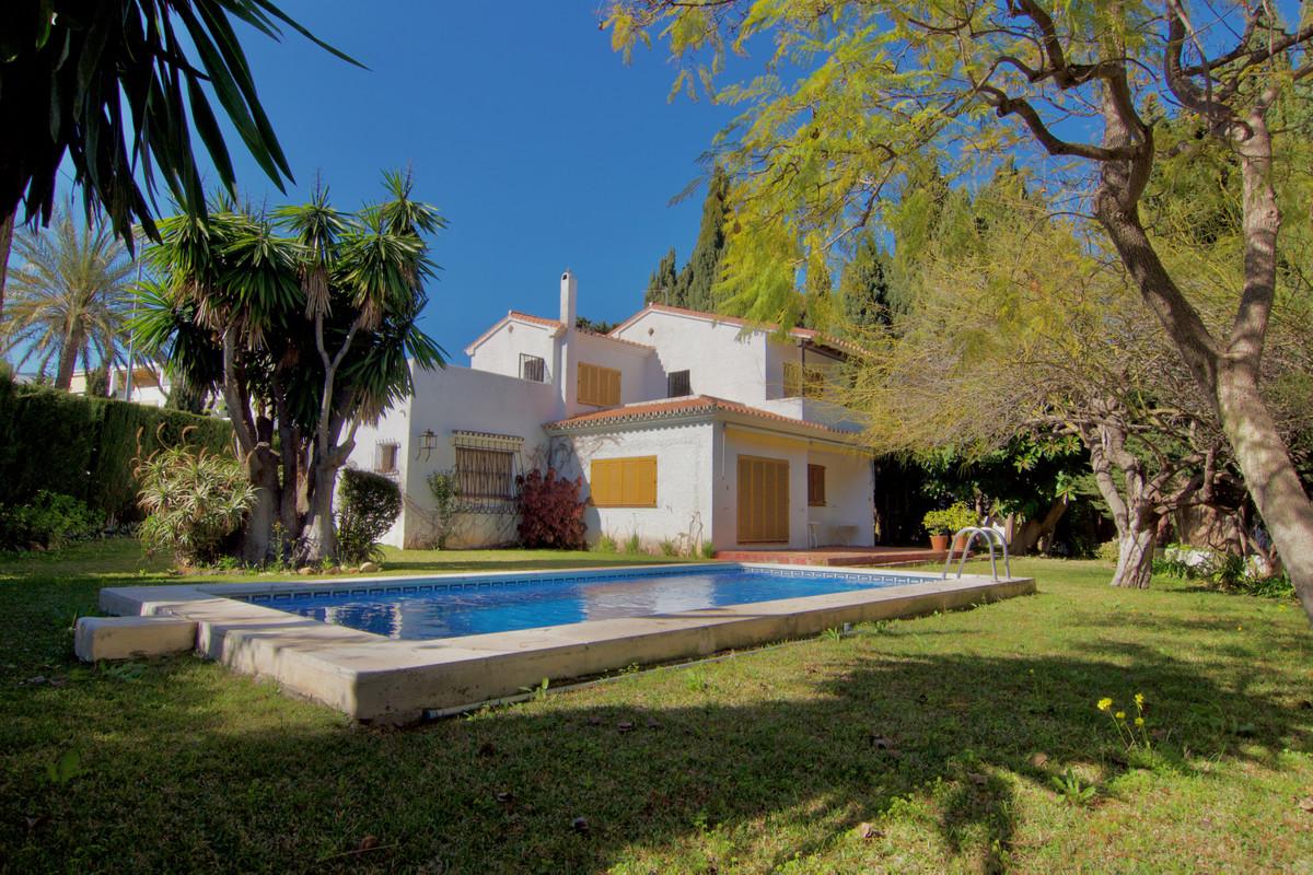 Villa independiente en Montemar orientada al sur y con parcela de 870 m2. Con 5 dormitorios, 4 banos,Spain