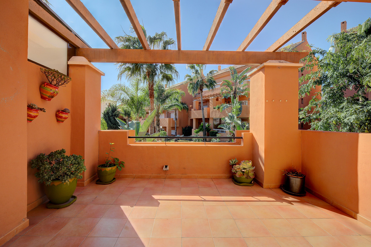 This very spacious and bright apartment, in the community of La Fragata, offers 3 spacious bedrooms,,Spain