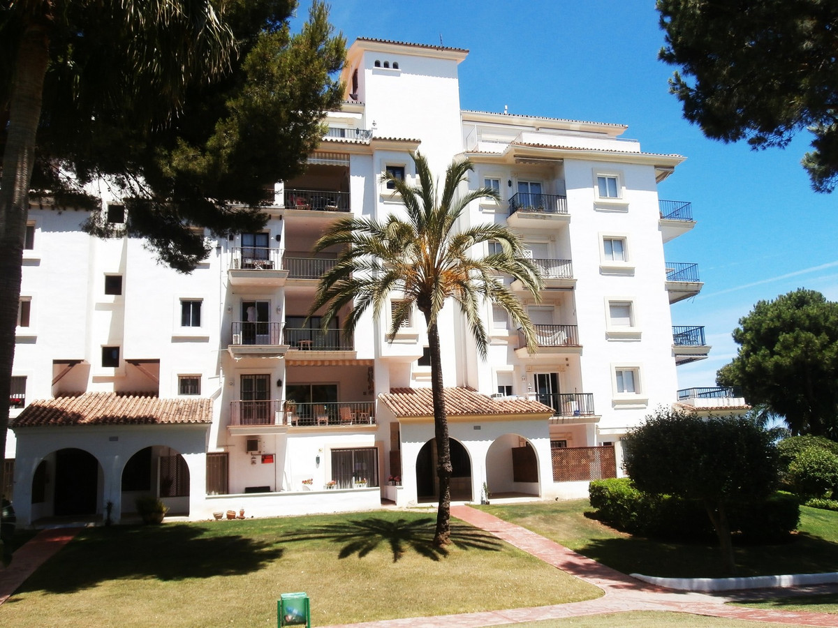 FANTASTIC TWO BEDROOM GROUND FLOOR APARTMENT FRONT LINE BEACH DEVELOPMENT IN PUERTO BANUS.  Take adv,Spain