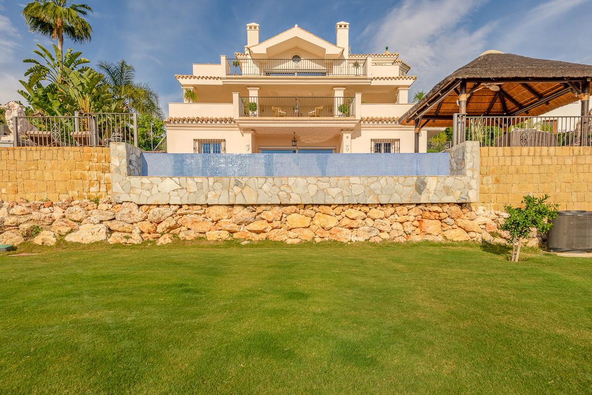 Villa for sale in Nueva Andalucia, with 4 bedrooms, 3 bathrooms, 2 en suite bathrooms, 1 toilets, th,Spain
