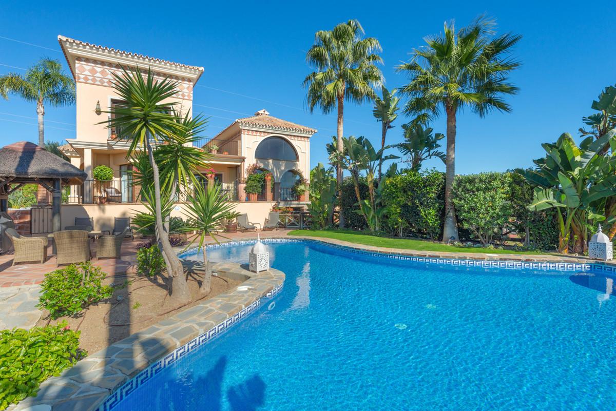 Detached Villa in Hacienda Las Chapas R3529756