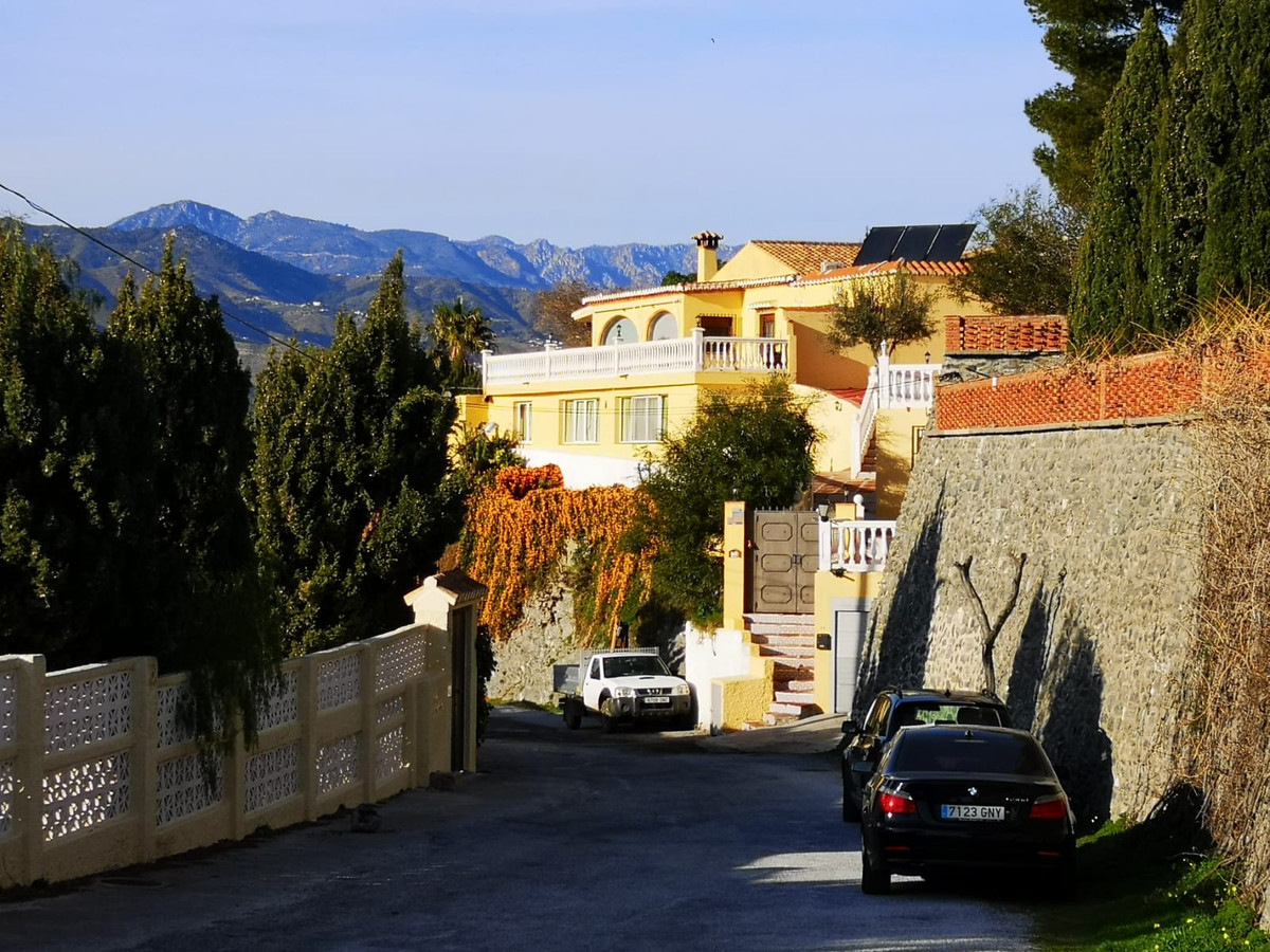 VILLA WITH A MAGNIFICENT AND ABSOLUTELY FANTASTIC VIEW.  This villa is located in the popular urb. L,Spain