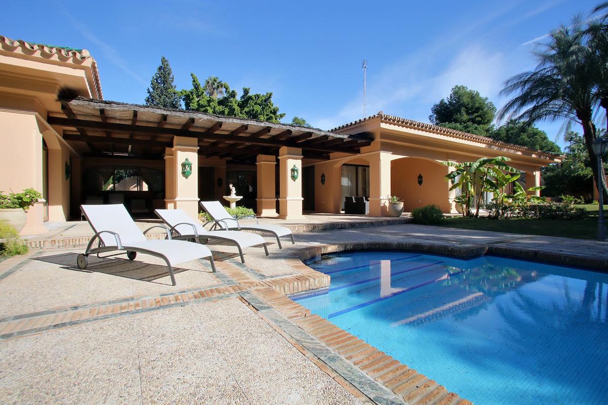 Villa for sale in Aloha - Nueva Andalucia Villa - TMRO-R3102614