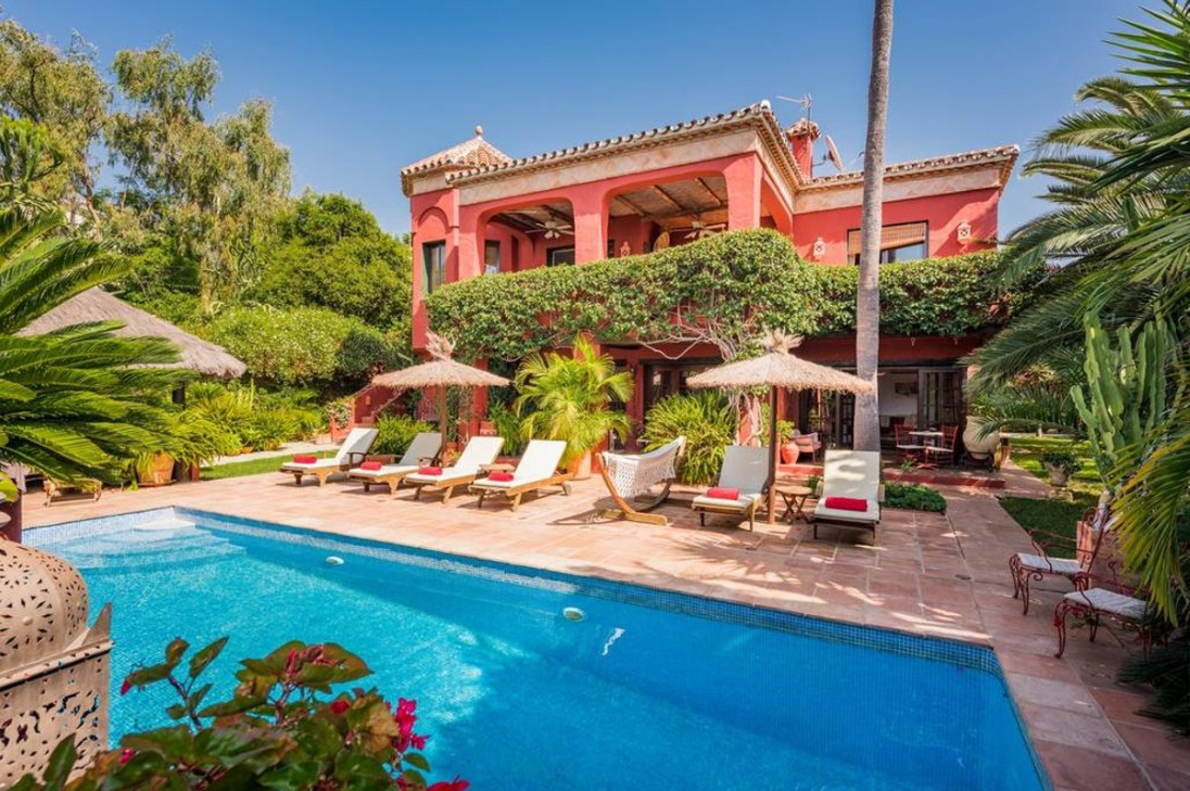 Superb colonial style villa set in mature tropical gardens with exotic pool and sundeck. Full of rus,Spain