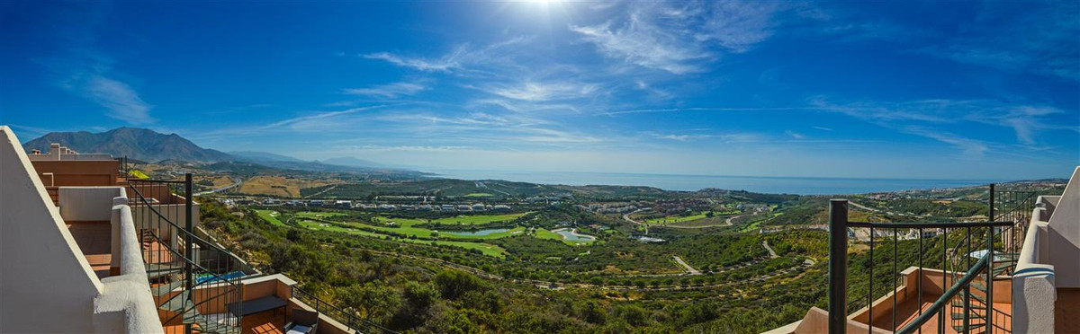AMAZING VIEWS TO THE SEA AND THE GOLF COAST!!!!! Stunning duplex penthouse for sale in Casares, Cost,Spain