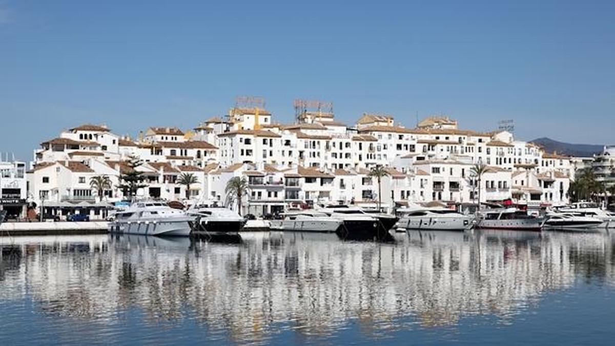 Middle Floor Apartment, Puerto Banus, Costa del Sol. 4 Bedrooms, 2 Bathrooms, Built 190 m².  Setting,Spain