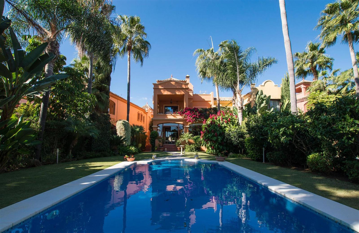 Detached Villa for sale in Puerto Banús R3019358