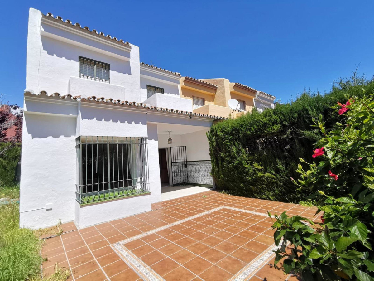 Great potential property for renovation project. Has 3 double bedrooms, 2 with private balconies, ha,Spain