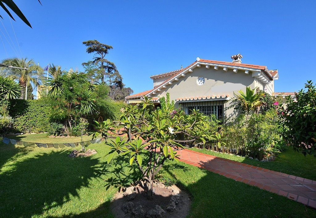 JUST REDUCED FROM 499.000 € to 449.000 € for a quick sale!  WONDERFUL VILLA located a few metres fro,Spain