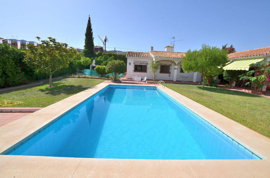DRASTIC REDUCTION FROM 748.000 € TO 545.000 € FOR A QUICK SALE!  VILLA WITH HUGE PLOT OF 1.516 M2! L,Spain