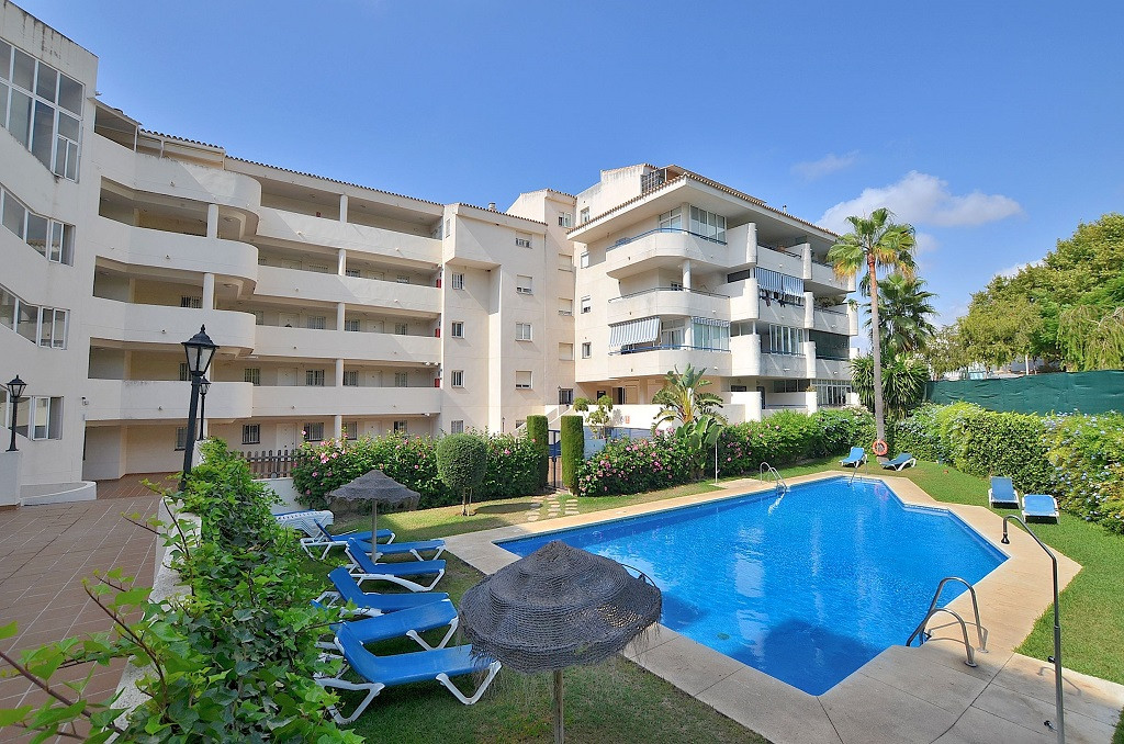 NICE APARTMENT WITH LARGE SOUTH-WEST FACING TERRACE OF 32 M2 located in the lower area of Los Pacos ,Spain