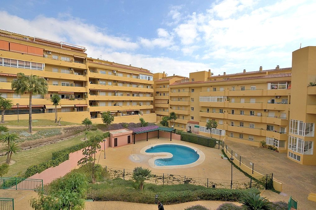JUST REDUCED FROM 165.000 € to 159.950 €!  Wonderful apartment located in lower Los Pacos area (Fuen,Spain