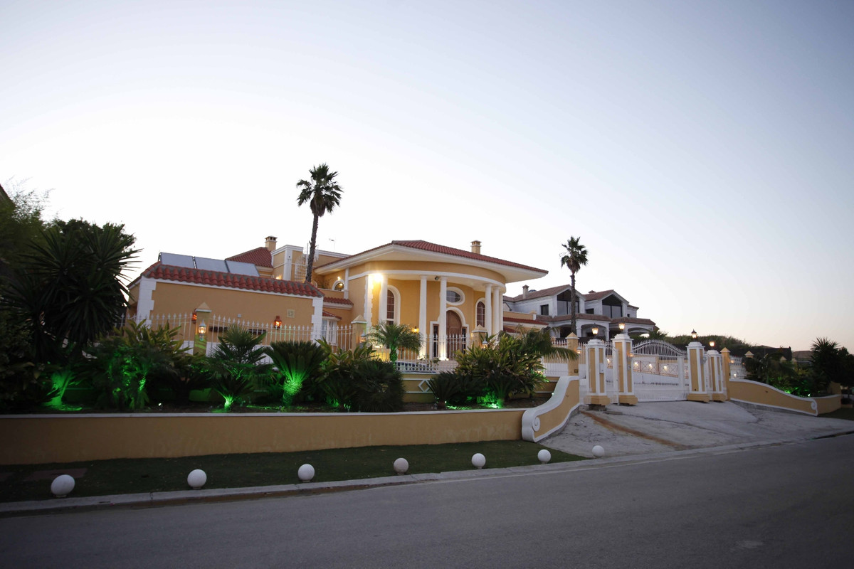 Outstanding villa in Sotogrande Alto, offering panoramic views towards the sea, Gibraltar, Africa an,Spain