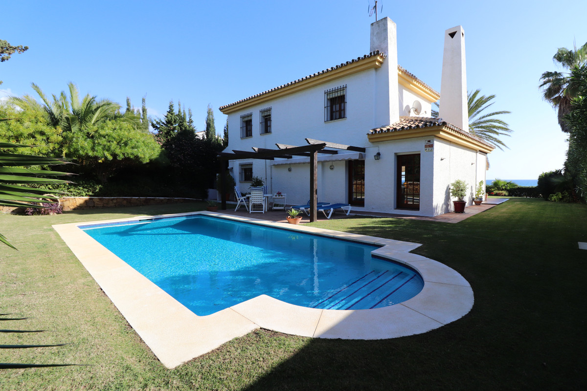 Wonderful Villa, located in the  area of ??La siesta (Estepona municipal district). House with 790m2,Spain