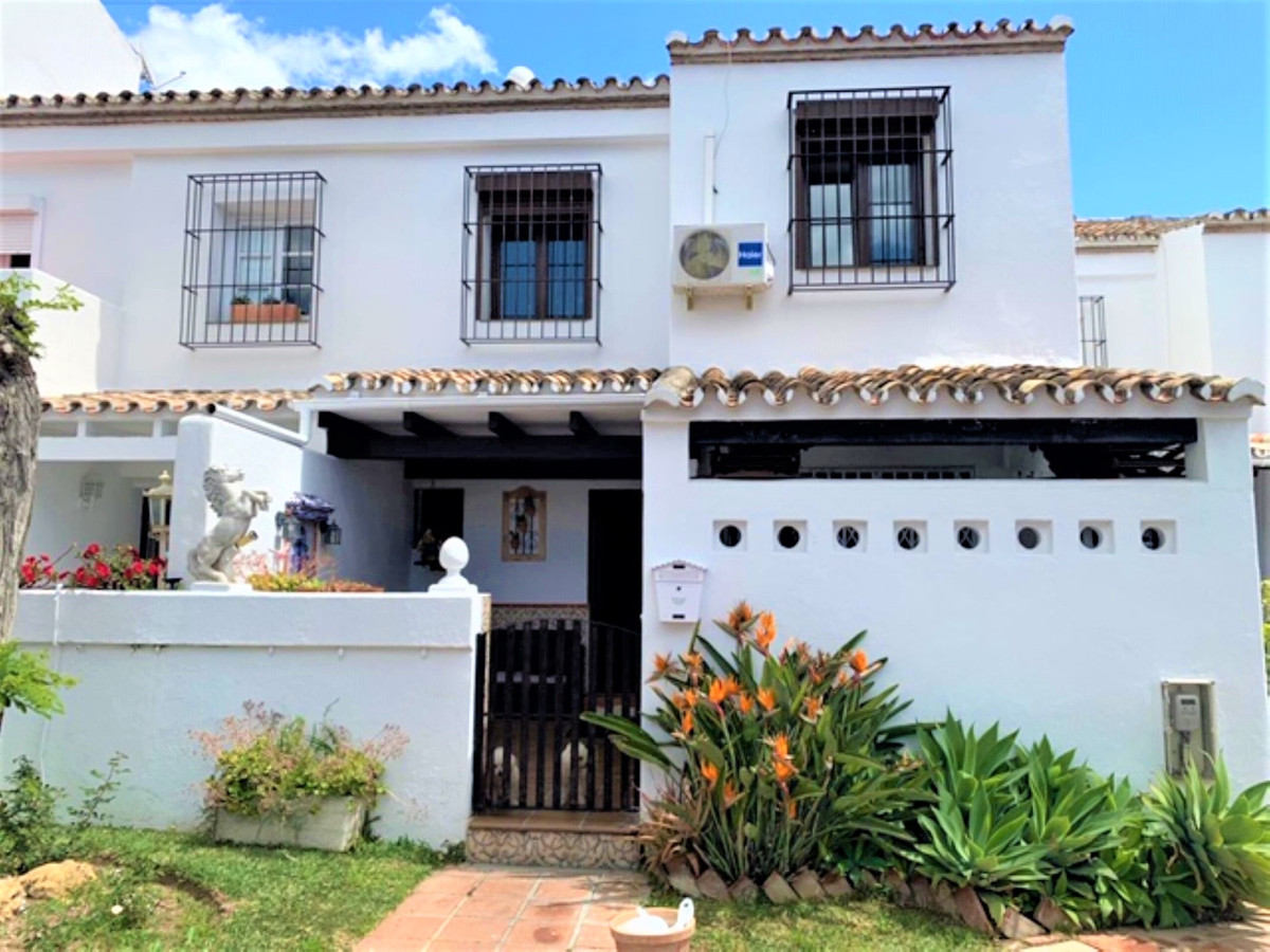 ELEGANT TOWNHOUSE in Atalaya with three bedrooms and three bathrooms, distributed on two floors and ,Spain