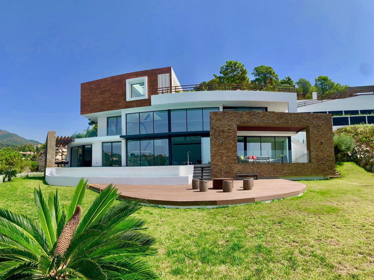 Villa, Benahavis, Costa del Sol. Parking space with entrance fountain. Garage for 2 cars, games room,Spain