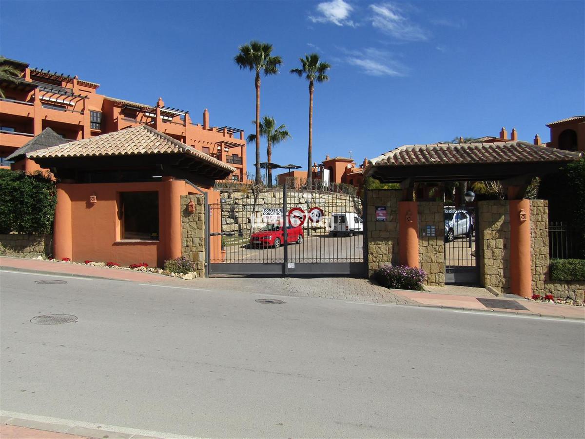 Fantastic low raised in Gazules del Sol, Benahavis! Gazules del Sol is a newly built urbanization, l,Spain