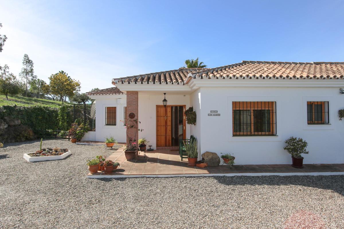 House in Alora R3619037 37