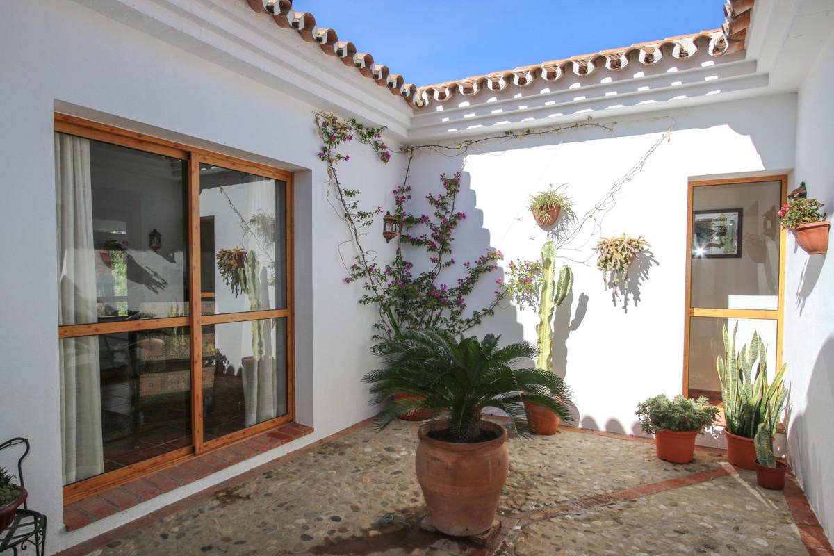 House in Alora R3619037 4