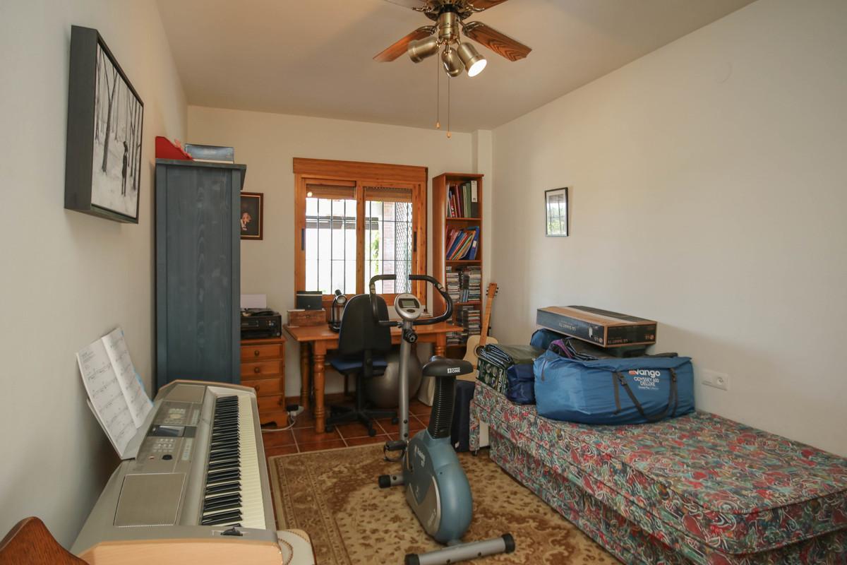 House in Alora R3619037 46