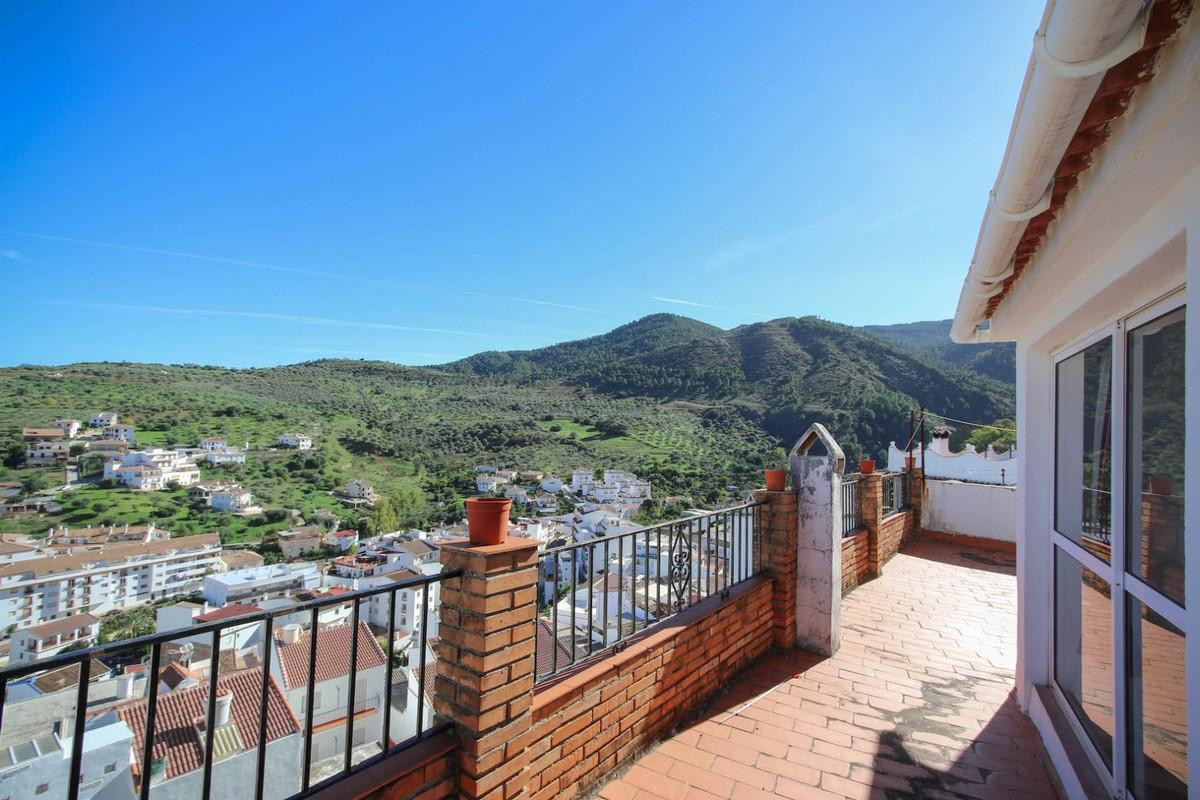 Town house with panoramic views of the village We are pleased to offer this attractive town house in,Spain