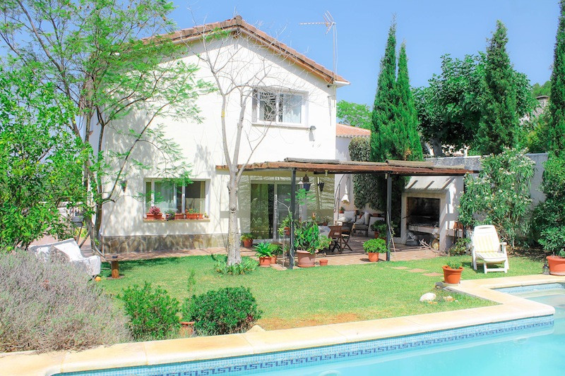 Detached Villa close to town.  Easy Maintenance  This large detached villa close to the town of Alhu,Spain