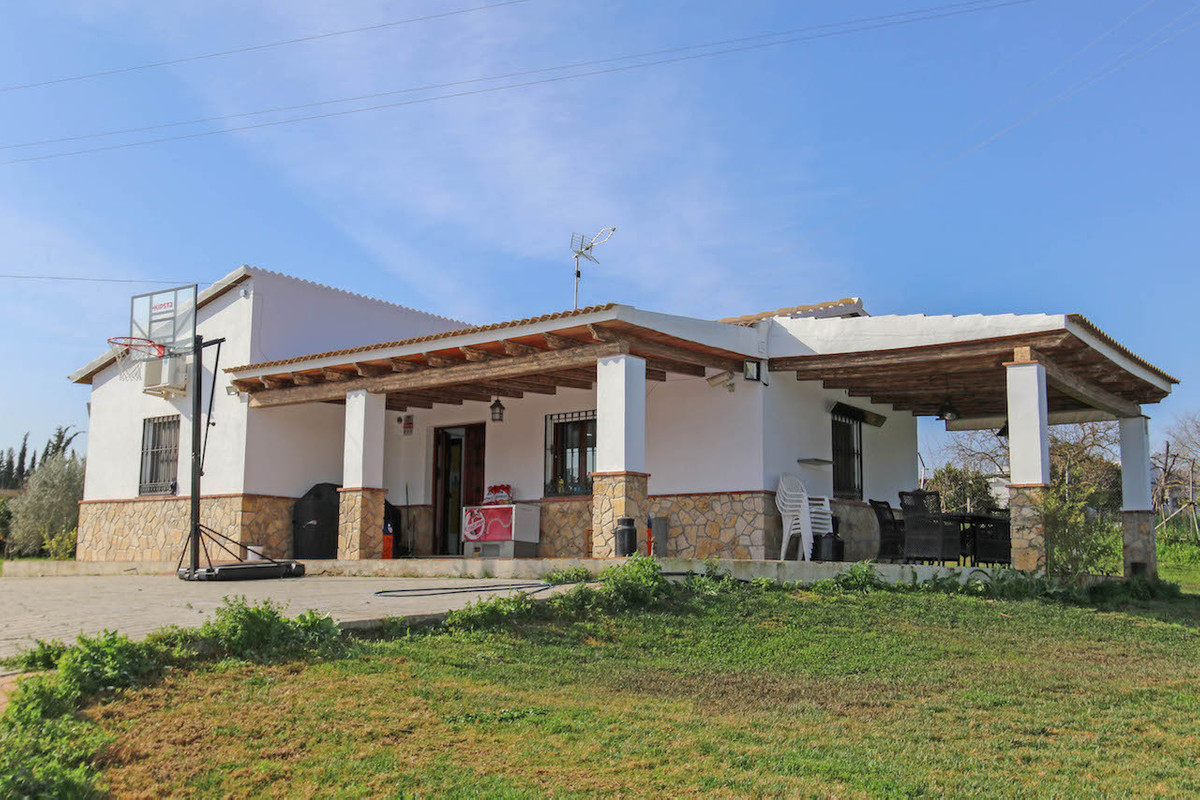 Country Villa located walking distance to the river, an idyllic setting and a totally flat plot.  Th,Spain