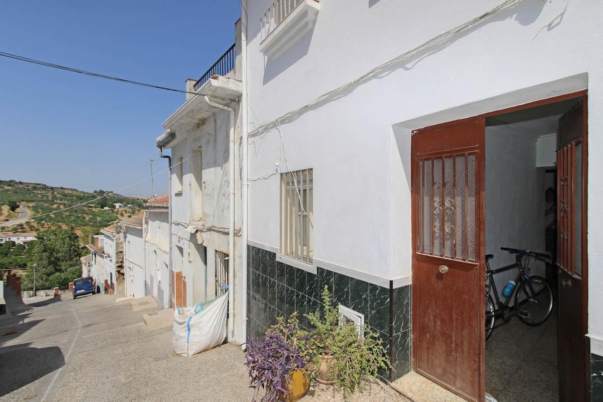 Townhouse in Alozaina in need of renovation.  Located in the centre of this pretty village, the well,Spain