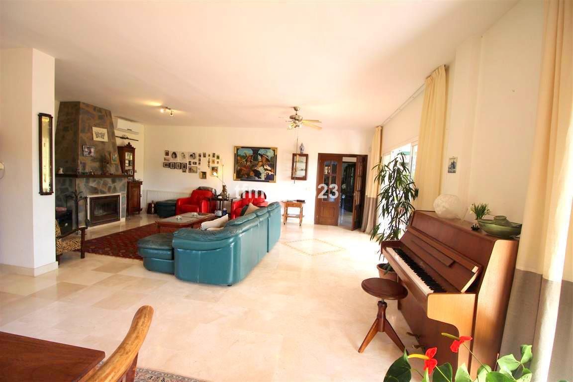 Villa con 4 Dormitorios en Venta Manilva