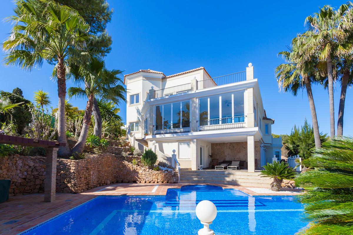 Elegant & Spacious very private  5 Bedroom 5 Bathroom villa located in the beautiful, gated Urba,Spain