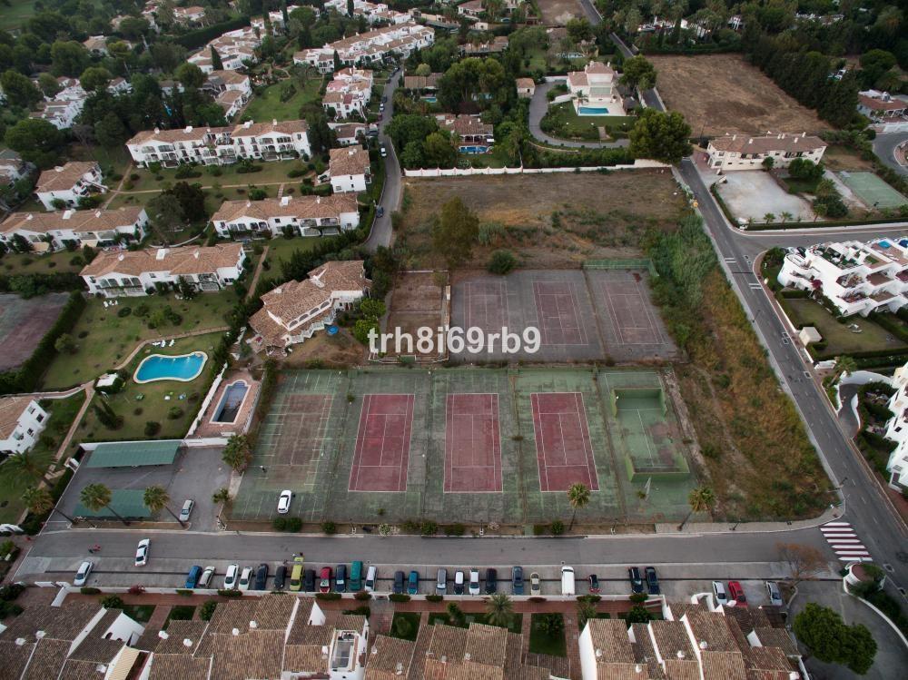 Development Plot to build 4 houses, plus Tennis Club & 9 Courts for refurbishing - Commercial Pl,Spain