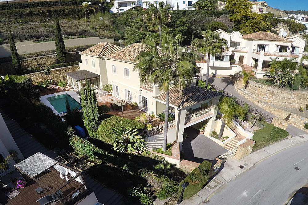 Beautifully presented villa in Los Arqueros within easy reach of San Pedro and Puerto Banus.  This s,Spain