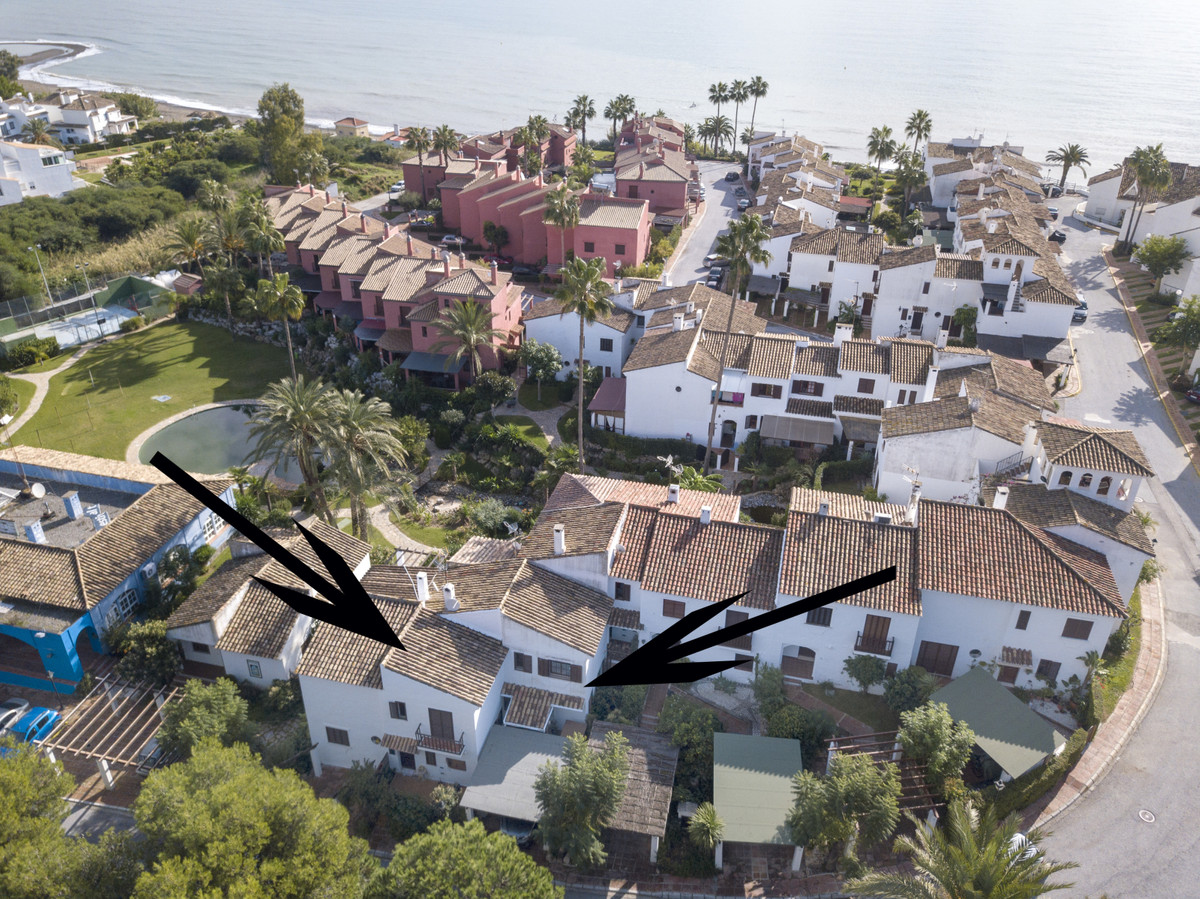 4 bedroom beachside house with direct access from the terrace to the communal pool and gardens. The ,Spain
