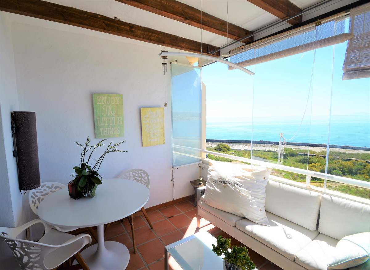 Middle Floor Apartment for sale in Estepona R3827809