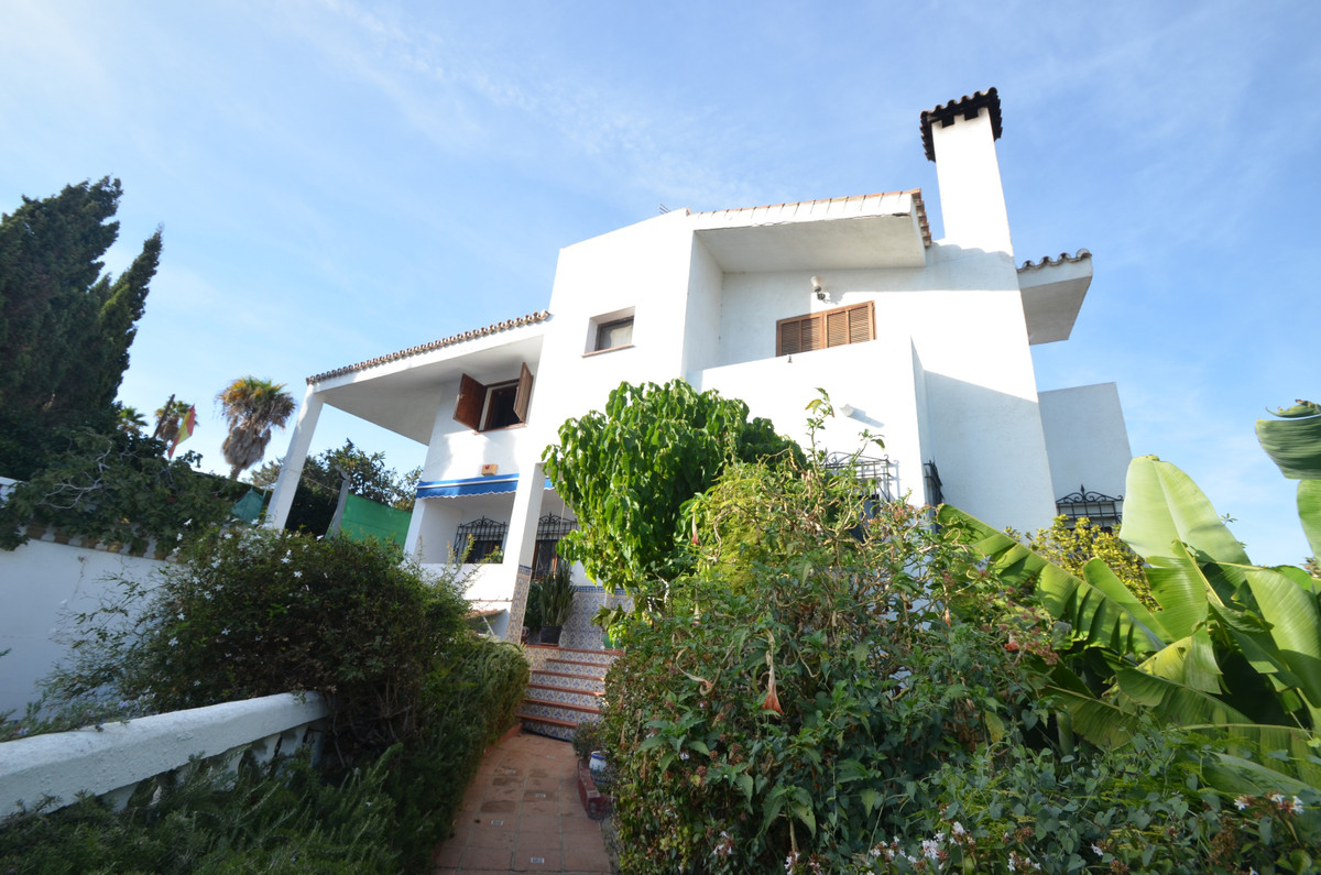 MAGNIFICENT INDEPENDENT VILLA ANDALUSIAN STYLE BUILT ON A PLOT OF 1000 SQUARE METERS, WITH ITS PRIVA,Spain