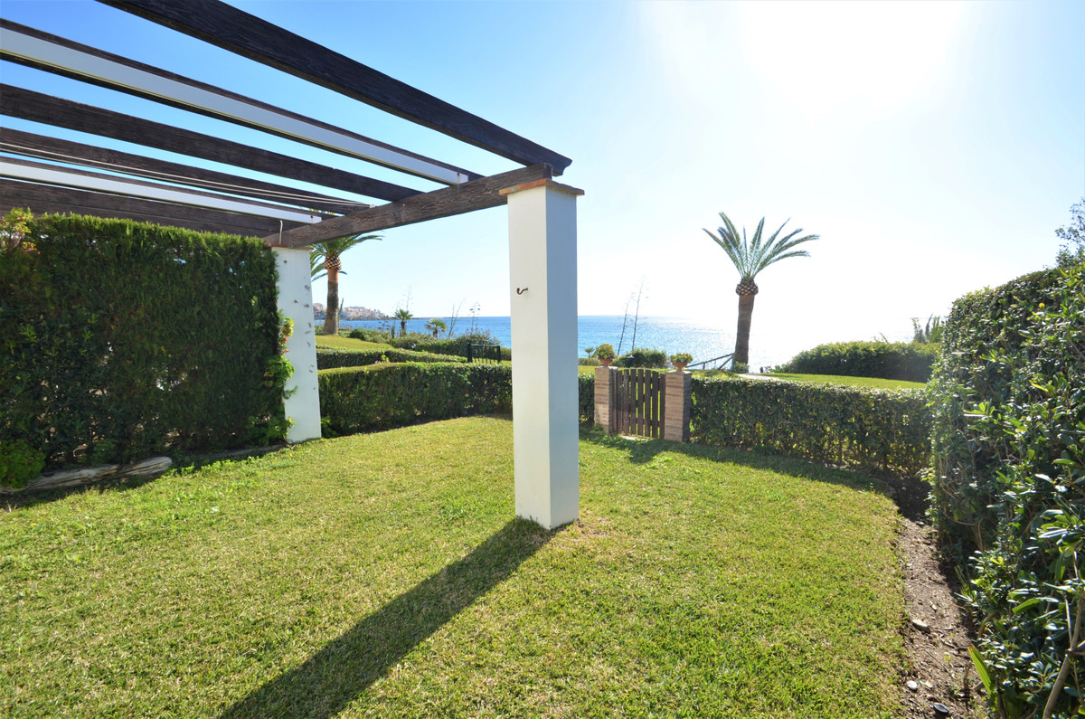 LOCATION!! LOCATION!! LOCATION!! Magnificent semi-detached townhouse located in front line beach, So,Spain