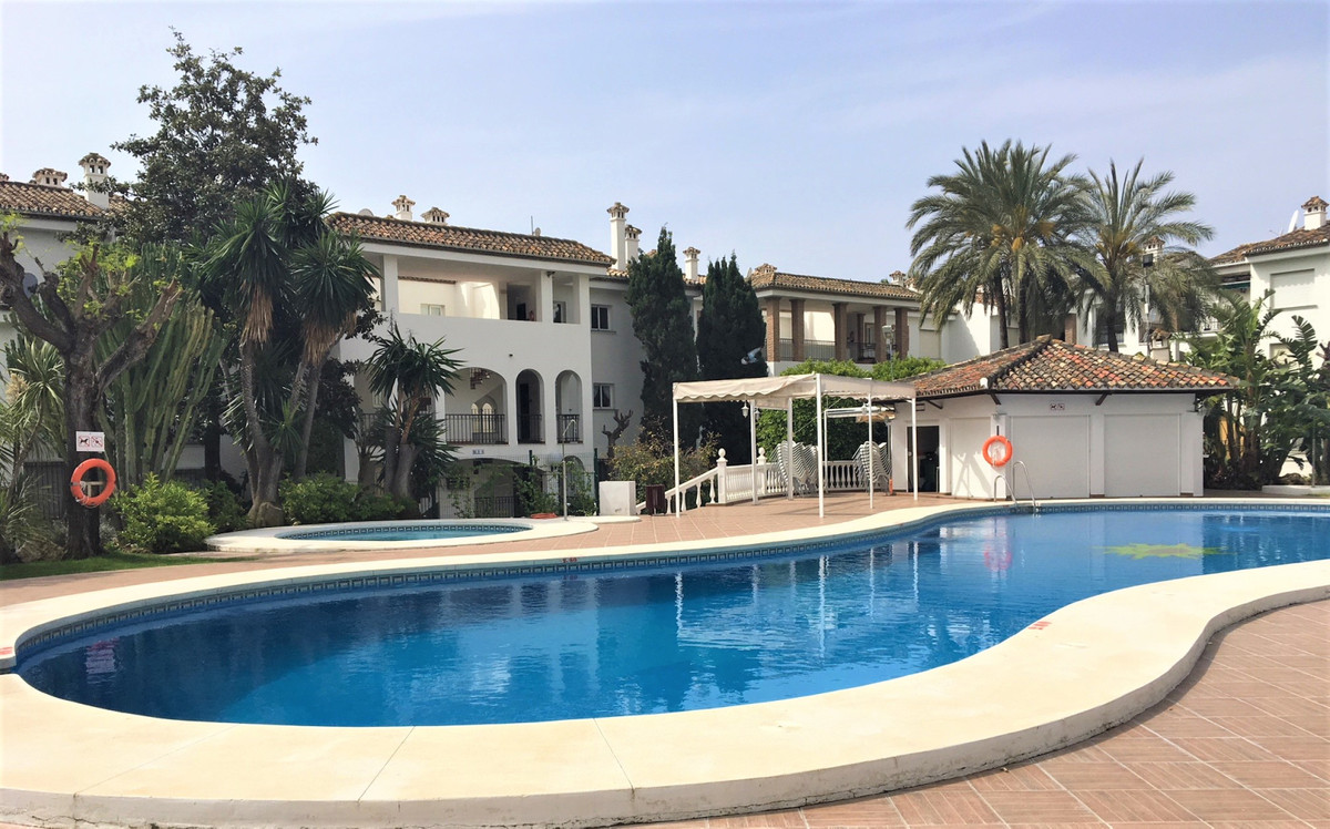 Middle Floor Apartment in Estepona R3414643