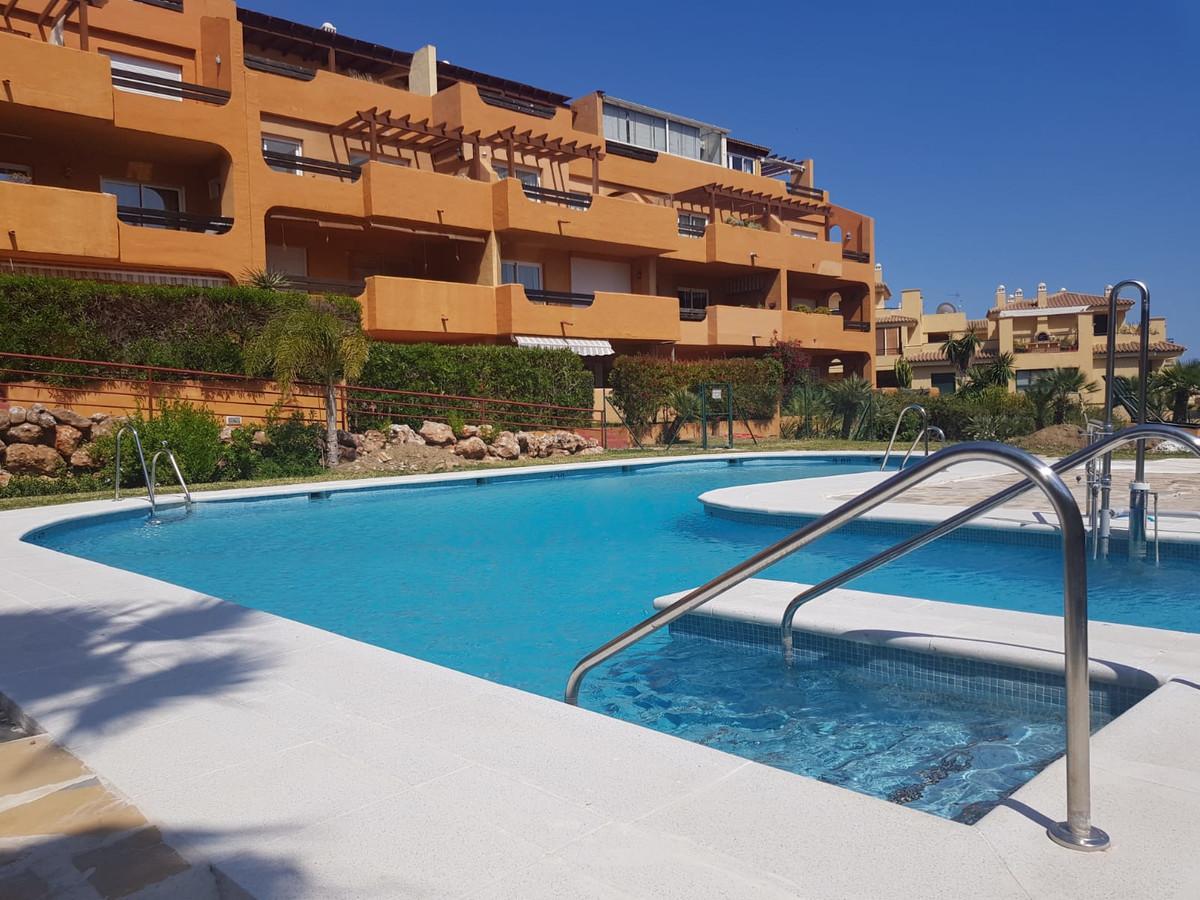 Ground floor apartment in a quiet location next to the golf course Miraflores Golf, en Riviera del S,Spain