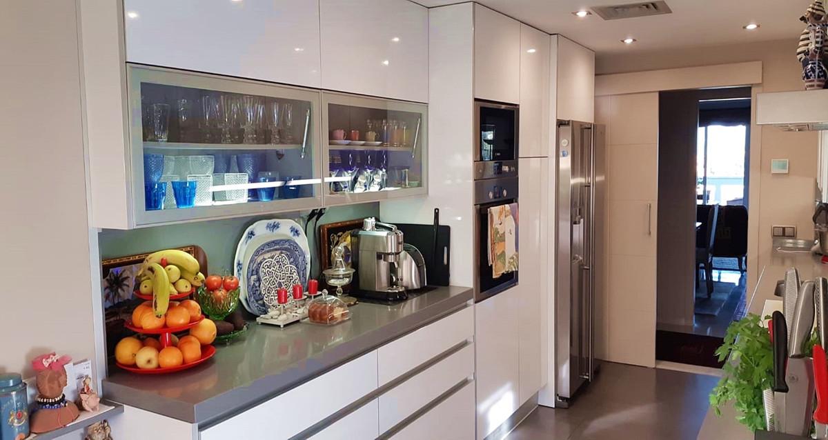 Apartment - Middle Floor ( R3522682) 3