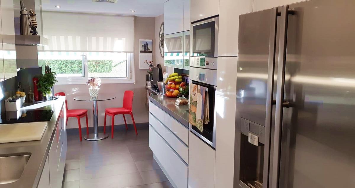 Apartment - Middle Floor ( R3522682) 4