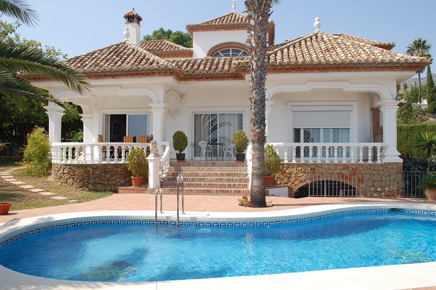 FANTASTIC VILLA! It consists of 5  bedrooms, 4 bathrooms (three en suite), spacious living/dining ro,Spain
