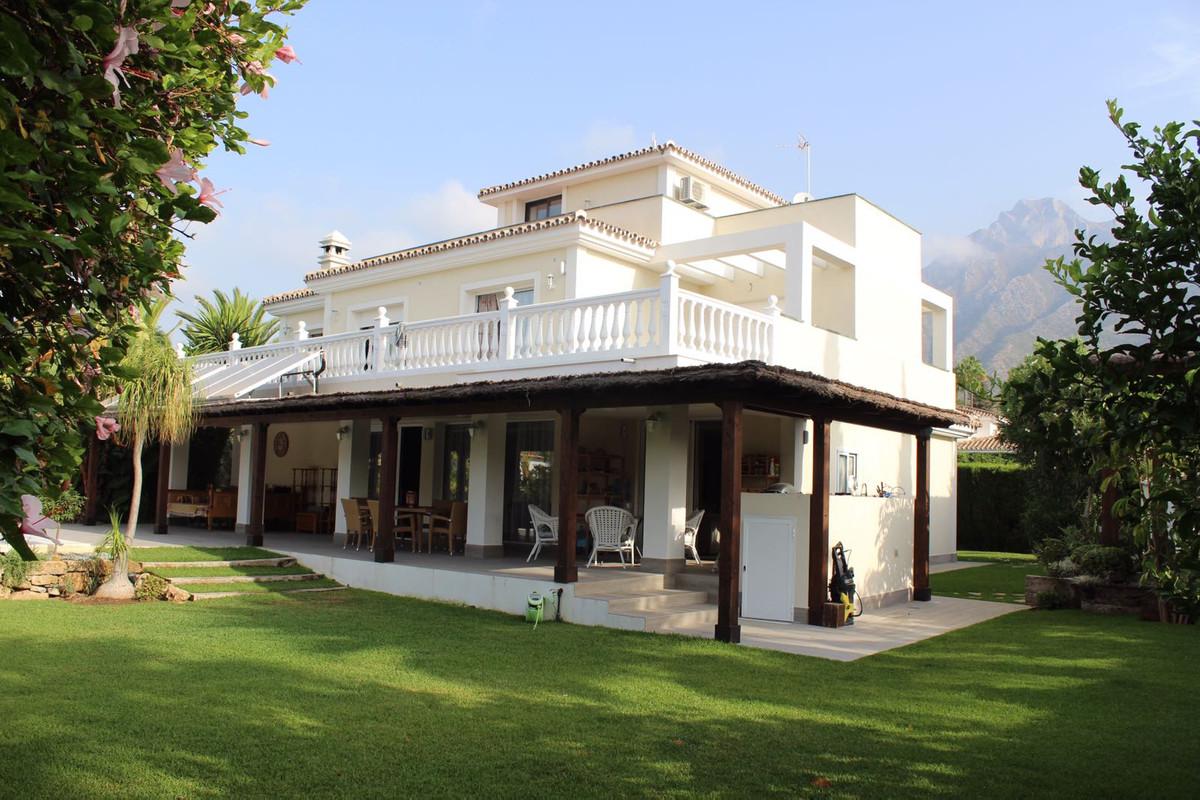 Detached Villa, Marbella, Costa del Sol. 5 Bedrooms, 5 Bathrooms, Built 350 m², Terrace 200 m², Gard,Spain